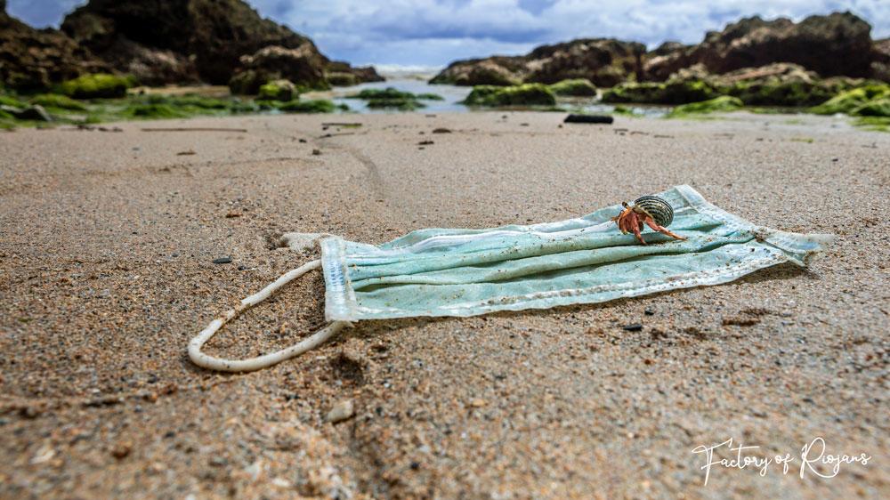 Las mascarillas de usar y tirar contaminan el mar